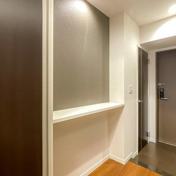 トイレの対面にはライトで照らされたウォールシェルフ!インテリアに使いたい。
