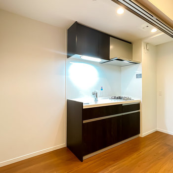 独立したキッチンスペース。冷蔵庫置き場もキッチンラックのスペースも確保されています。