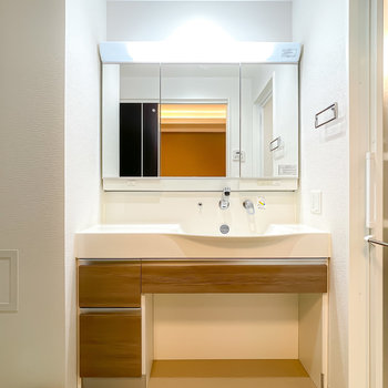 洗面台の大きさについニヤけてしまいそう◎ワークトップも広めでコスメもたくさん揃えられます。
