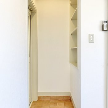 突っ張り棒をしてカーテンを付ければ、玄関からお部屋が見えないようになりますよ。