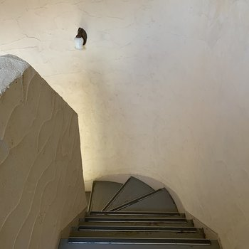 螺旋階段を下りてエントランスへ。