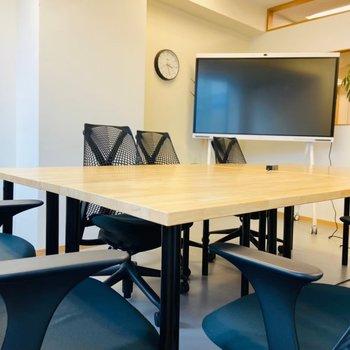 貸し会議室には大きなデスクとモニター