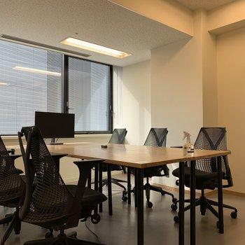 貸会議室には大きなデスク(※デジタルホワイトボードもあります)