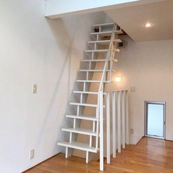 さて、階段をのぼってロフトへ。(※写真は別棟の同間取り別部屋のものです)
