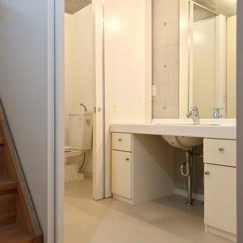 脱衣所はこんなに広々!広い鏡で朝の支度もラクラク〜(※写真は別棟の同間取り別部屋のものです)