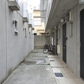 自転車は玄関前に止めましょう!