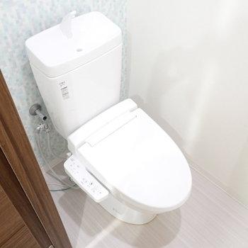 ウォシュレットつき!トイレにもアクセントクロスです。