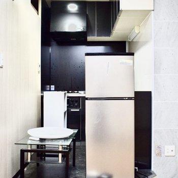 改装前なのですこし見ずらいですが・・段差もあり色も違い、キッチンスペースが特別に区切られている感じがいいですね。