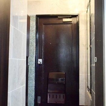 十分な広さの玄関。 姿見もついているのでささっとチェックして出かけられますね。