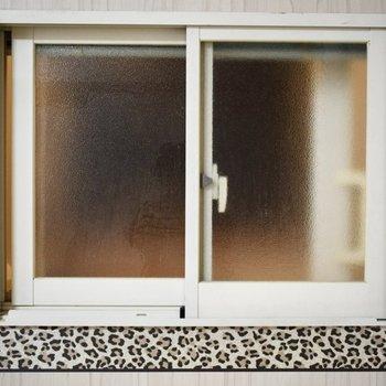 お風呂には、居室につながる窓がついていました。豹柄が印象的。
