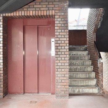 エレベーターも、階段もありますよ。オープンで開放的な雰囲気。