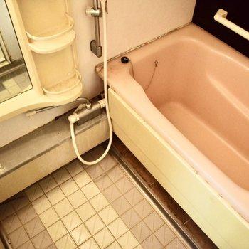 お風呂はレトロですね。お一人サイズです。