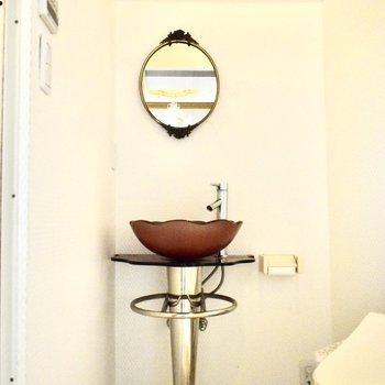 独立洗面台のデザインは、すこしセクシーさを感じます。 トイレ・洗濯機・洗面台は同じスペースにありますよ。