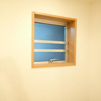 上には小窓があります。