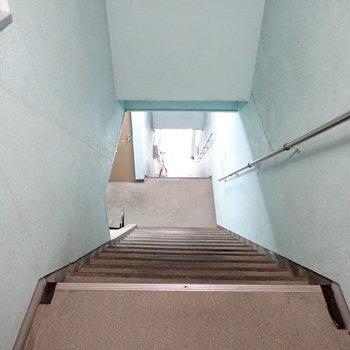 共用部】階段はふたつありまして、