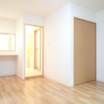 キッチンと洋室の間は、突っ張り棒にカーテンで仕切ってもいいなあ。