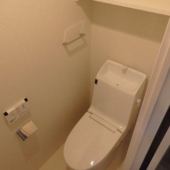 スタイリッシュなトイレ。ウォシュレットはやはり必須で!(※写真は2階の反転間取り別部屋のものです)