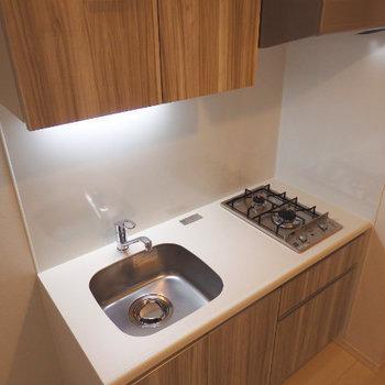 キレイな木目柄のキッチン。冷蔵庫もとなりに置けますよ(※写真は2階の反転間取り別部屋のものです)