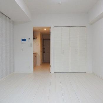 オシャレな柄のお部屋(※写真は2階の反転間取り別部屋のものです)