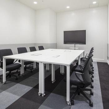 オフィス家具がセットアップされています。(レイアウト変更、家具入替も可能です。)