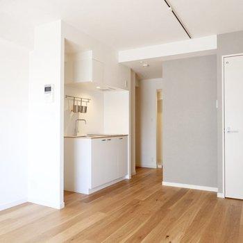 アクセントクロスにホワイトのキッチンが可愛らしいお部屋です。