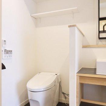 お手洗いタンクレスタイプ。上部のシェルフにペーパーなど置いておけますね。
