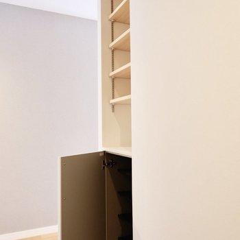 シューズボックス。高さ調節可能なシェルフがいいですね。