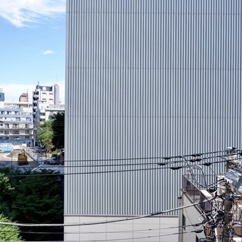 眺望は向かいの建物と左に広がる青空。