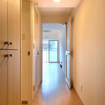 廊下を抜けてリビングへ。(※写真は2階の同間取り別部屋のものです)