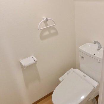 トイレはウォシュレット付きですよ。(※写真は2階の同間取り別部屋のものです)