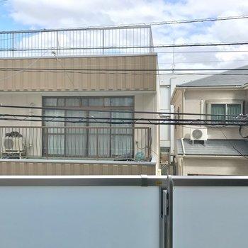 外は住宅街。カーテンは用意しておきたいですね。(※写真は2階からの眺望です)