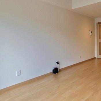 幅はコンパクトなので、1〜2人用の家具を選ぶのがいいかも。(※写真は2階の同間取り別部屋のものです)