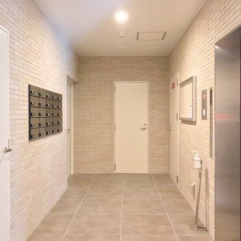 中に入ると白い扉がたくさん。奥の左側の扉を開けると……