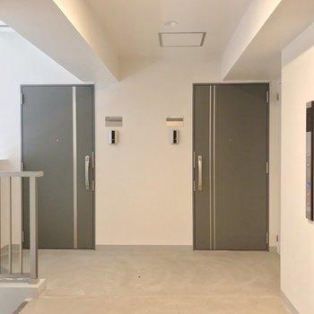 2戸ずつ左右に配置されているので、どこも角部屋なんです。(※写真は2階のものです)