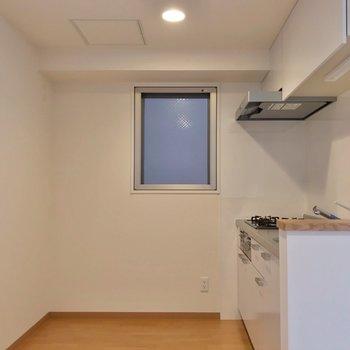 キッチンはゆったり。冷蔵庫や食器棚もしっかり置けます。(※写真は2階の同間取り別部屋のものです)