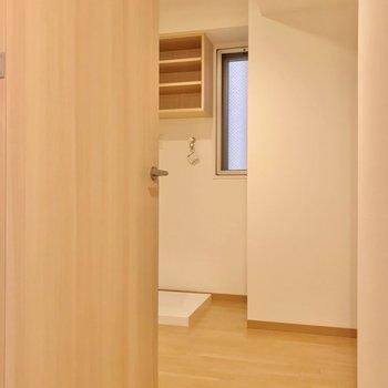 脱衣所はゆったり。洗濯機置場上の棚も便利だなあ。(※写真は2階の同間取り別部屋のものです)