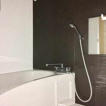 浴室は打って変わって、シックな印象。ギャップですね〜。※写真は4階の同間取り別部屋のものです
