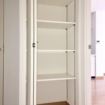 LDKの入り口には収納が付いています。可動式なのが嬉しいですよね。※写真は4階の同間取り別部屋のものです