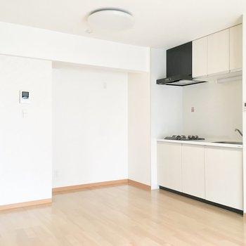 【LDK】壁が窪んでる部分には、冷蔵庫やレンジなど、家電を置くスペースになりそう。※写真は4階の同間取り別部屋のものです
