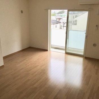 【LDK】ソファはキッチンの横に。向かいにTVを置くのが良さそう。※写真は4階の同間取り別部屋のものです