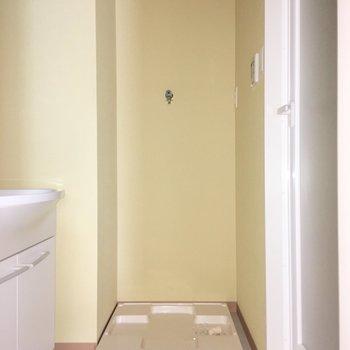 その右横に洗濯機置き場。※写真は4階の同間取り別部屋のものです