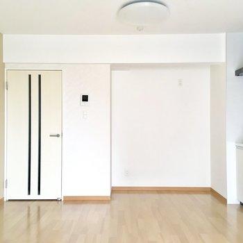 【LDK】淡いベージュのアクセントクロス。合わせやすい色合いで家具を選ぶ際もあまり気にせずに済みそう。※写真は4階の同間取り別部屋のものです