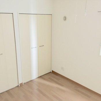 【洋室】寝室にちょうど良さそうな広さですよ。※写真は4階の同間取り別部屋のものです