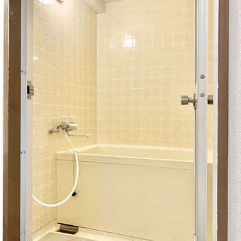 壁のタイルが可愛い浴室。