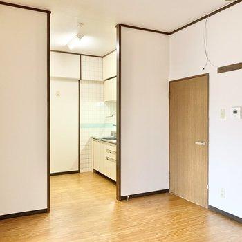 【LDK】横のドアを開けると廊下に出られます。