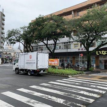 駅前にスーパーやドラッグストアがあります。