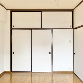 【洋室7.2帖】壁いっぱいが収納になっています。