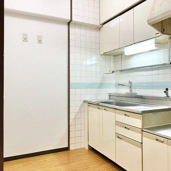 後ろのスペースには冷蔵庫や食器棚が置けますよ。