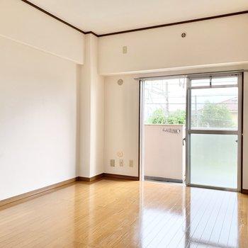 【洋室6.3帖】ソファやテーブルを置いて、明るいリビングになりそう。