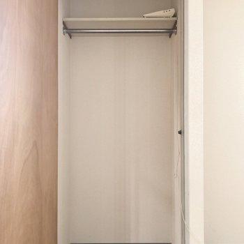 扉を開けると十分な大きさ。下側にもボックスを置くとたくさん収納できそう!(※写真は同じ建物の3階の写真です。)